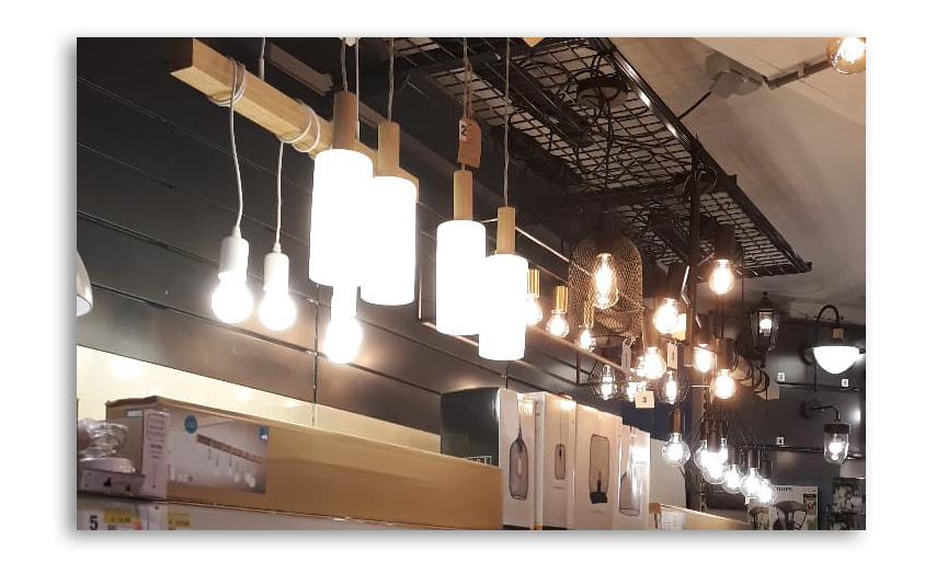 Neues Regal der Hänge- und Stehlampen